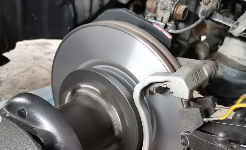 процесс проточки диска на станке